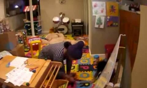 Σοκαριστικό βίντεο: Νταντά καίει 2χρονο αγοράκι με το σίδερο των μαλλιών