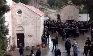 Χαμός στην Κρήτη με μπαλωθιές σε κηδεία ηγούμενου (video)