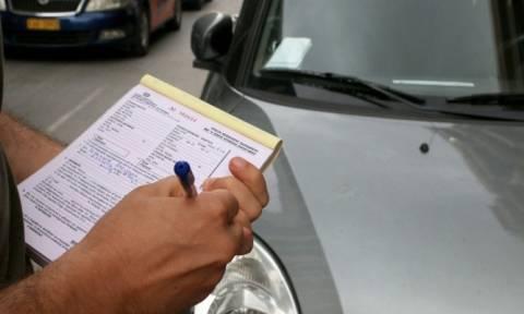 Πειραιάς: Η δημοτική αστυνομία αφαιρεί πινακίδες από παράνομα σταθμευμένα αυτοκίνητα