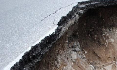 Άνοιξε η γη στην Αθηνών – Κορίνθου - «Κατάπιε» περισσότερα από 10 αυτοκίνητα