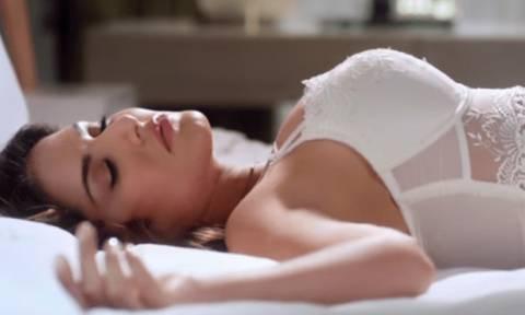 Το ένοχο σεξουαλικό μυστικό όλων των γυναικών: Τι κάνουν στο κρεβάτι και μετανιώνουν αμέσως;