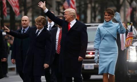 Ο Τραμπ βγήκε από την προεδρική λιμουζίνα για να χαιρετίσει το πλήθος στη λεωφόρο Πενσιλβάνια (vid)