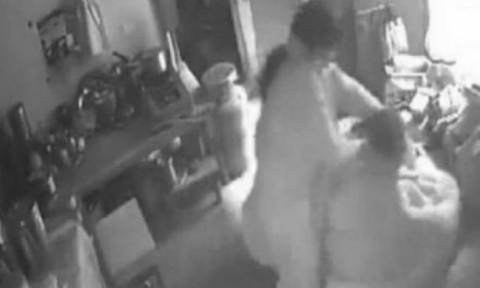 Ο σύζυγος πίστευε ότι τον απατούσε, όμως εκείνη στο σπίτι ξεσπούσε στην πεθερά (video)
