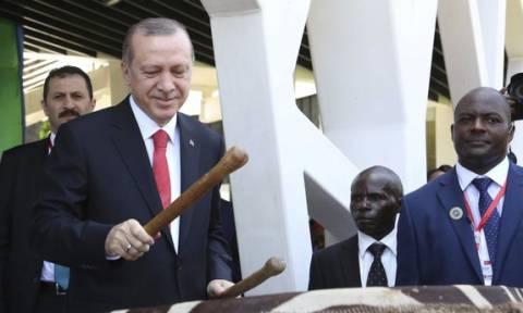 Ο Ερντογάν παίζει...ταμ ταμ στην Τανζανία! (video)