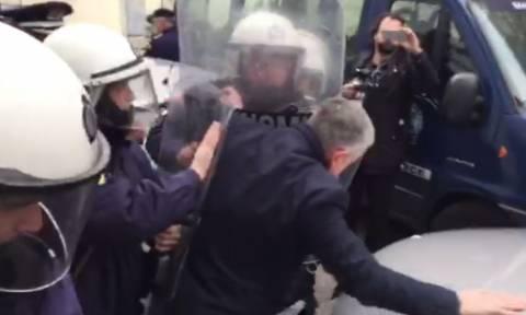 Ένταση μεταξύ ΠΟΕΔΗΝ και Αστυνομίας κοντά στο Μέγαρο Μαξίμου (Pics+Vid)