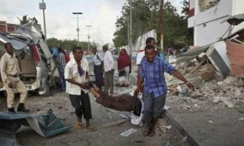 Σομαλία: Τουλάχιστον 28 νεκροί και δεκάδες τραυματίες από τη διπλή επίθεση στο ξενοδοχείο (video)