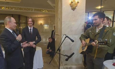 Αυτό είναι το τραγούδι του Βλαντιμίρ Πούτιν που εξέπληξε το ακροατήριο (Vid)