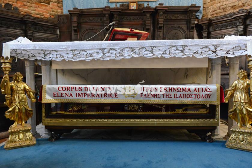 Το σκήνωμα της Αγ. Ελένης στην Αθήνα - Βυζαντινό ένδυμα πρoσέφερε η Εκκλησία της Ελλάδος (pics)