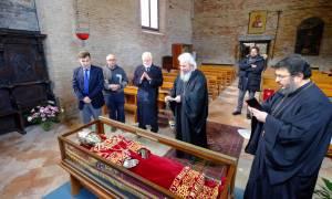 Η Εκκλησία της Ελλάδος «ντύνει» το σκήνωμα της Αγίας Ελένης - Δείτε το βυζαντινό ένδυμα