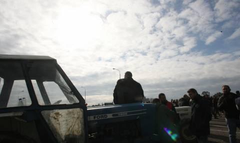 Μπλόκα αγροτών: «Κομμένη» σε πολλά σημεία η Ελλάδα