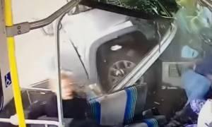 Απίστευτο τροχαίο: Η στιγμή που φορτηγό πέφτει πάνω σε λεωφορείο γεμάτο επιβάτες (vid)