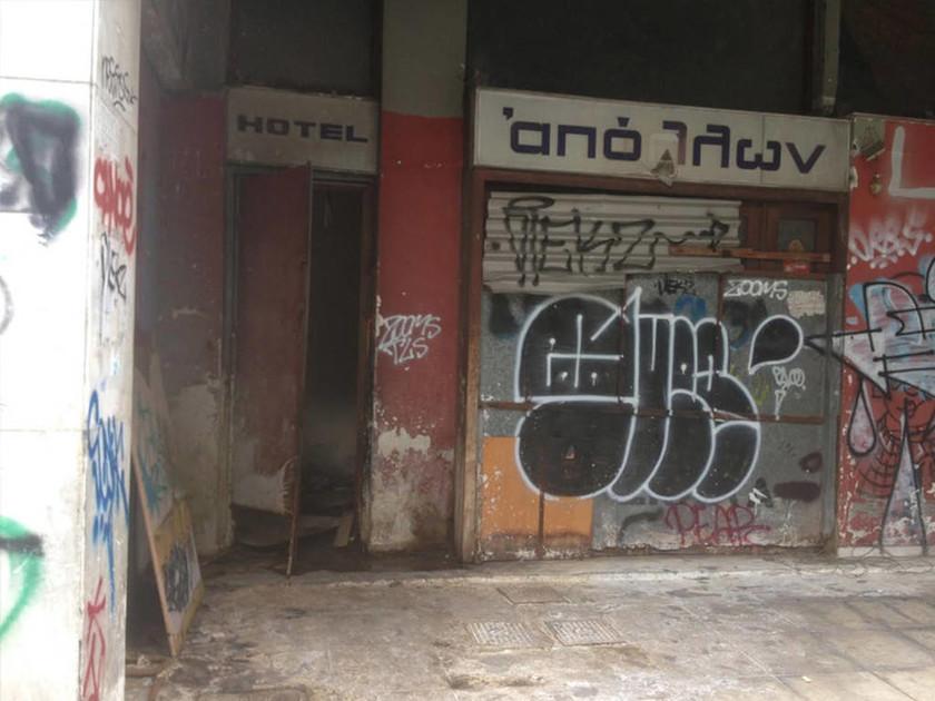 Τραγικός θάνατος στο κέντρο της Αθήνας: Έκλεψε, προσπάθησε να κρυφτεί και πνίγηκε σε φρεάτιο