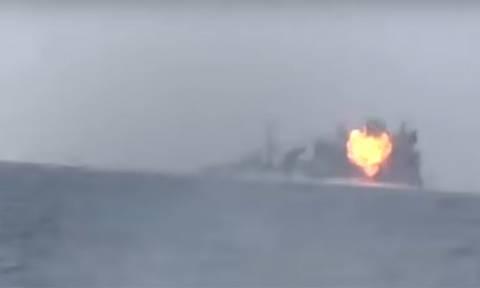 Βίντεο σοκ: Πλοία παγιδευμένα με εκρηκτικά πέφτουν πάνω σε φρεγάτα - Δύο ναύτες νεκροί