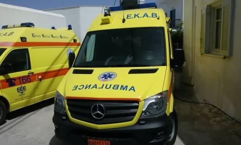 Ντροπιαστικές εικόνες στην Ρόδο: Μετέφεραν παιδάκι στο νοσοκομείο πάνω σε παντζούρι!