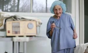 Απίστευτη: Η 90χρονη χειρουργός που... αρνείται να αφήσει το νυστέρι! (pics)