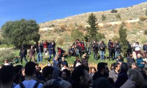 Πέραμα: Μόλις 10 μαθητές στο σχολείο - Δεν έστειλαν τα παιδιά οι γονείς λόγω προσφυγόπουλων (vids)