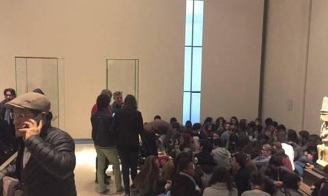 Παρίσι: Τρομοκρατική επίθεση στο Λούβρο - Πάνω από 250 άτομα εγκλωβισμένα στο μουσείο (Pic)