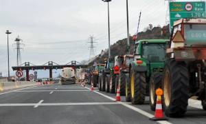 Μπλόκα αγροτών: Στο «Μακεδονία» με τα τρακτέρ επιχειρούν να μπουν αγρότες