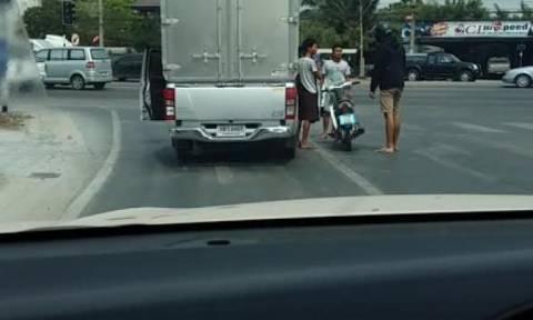Απίστευτο ξύλο μεταξύ οδηγών στη μέση του δρόμου (video)