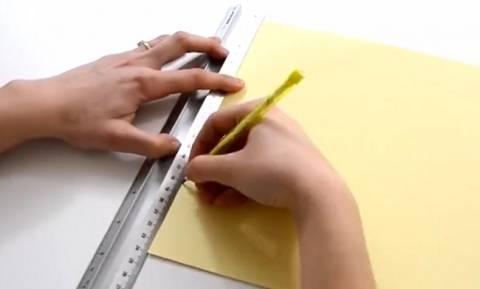 Πήρε χαρτί, ψαλίδι και κόλλα... Αυτό που έφτιαξε θα το κάνετε αμέσως... (video)