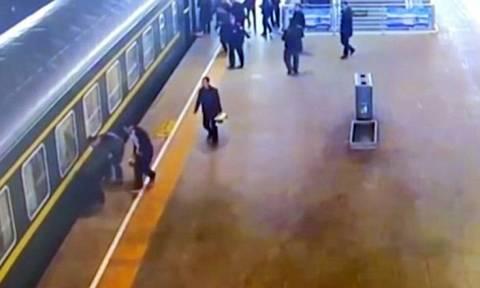Βίντεο σοκ: Δραματική διάσωση 3χρονης που έπεσε στις ράγες λίγο πριν ξεκινήσει τρένο