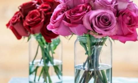Ρίχνει στο βάζο με τα λουλούδια της ζάχαρη και ξύδι. Αν δείτε γιατί θα το κάνετε αμέσως...