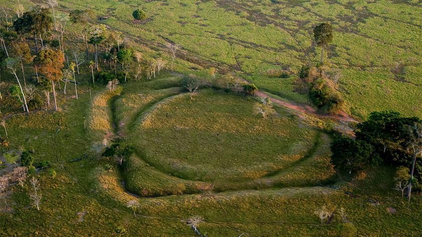 Μυστήριο με εκατοντάδες αρχαία μυστηριώδη γεωγλυφικά αλά Στόουνχεντζ που βρέθηκαν στον Αμαζόνιο