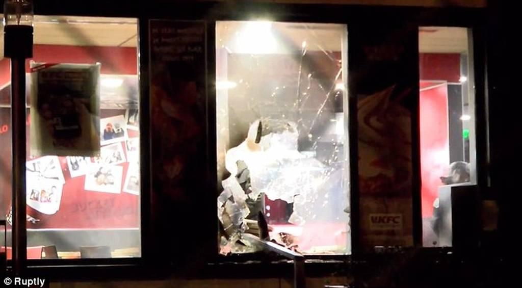 Γαλλία: Ταραχές μετά τον βιασμό νεαρού με γκλομπ από αστυνομικό (pics)