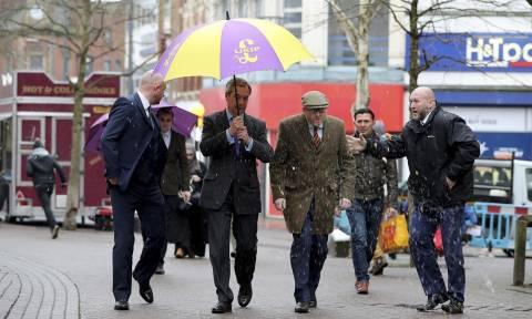 Πέταξαν αυγά στον Φάρατζ - Τα... απέκρουσε με την ομπρέλα του! (vid)