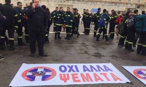 Συλλαλητήριο πυροσβεστών στο Σύνταγμα - Πορεία στο κέντρο της Αθήνας (pics&vid)