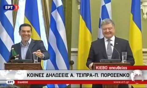 Γέλιο μέχρι δακρύων: Ο Τσίπρας άφησε σύξυλο τον Ποροσένκο επειδή... δίψασε! (vid)