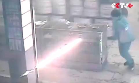 Εκρηκτικός συνδυασμός: Μεθυσμένος πυρομανής σκορπά πύρινο όλεθρο σε μαγαζί με πυροτεχνήματα (Vid)