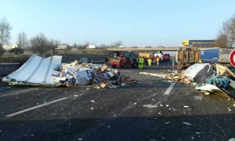 Γαλλία: Κυκλοφοριακό κομφούζιο από 40 τόνους γατοτροφής που χύθηκαν σε αυτοκινητόδρομο (vid)