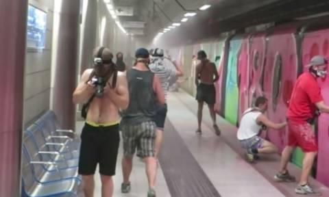 Γερμανοί βάφουν με σπρέι βαγόνι του μετρό στην Αθήνα! (video)
