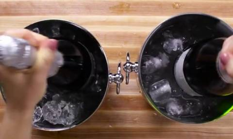 Εριξε αλάτι στον πάγο και έβαλε μέσα ζεστή σαμπάνια! Τι κατάφερε σε λίγα λεπτά; Δείτε το πείραμα...