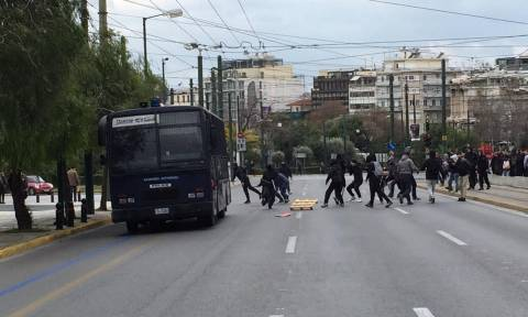 Ένταση στο μαθητικό συλλαλητήριο - Επιτέθηκαν σε κλούβα των ΜΑΤ (pics&vid)