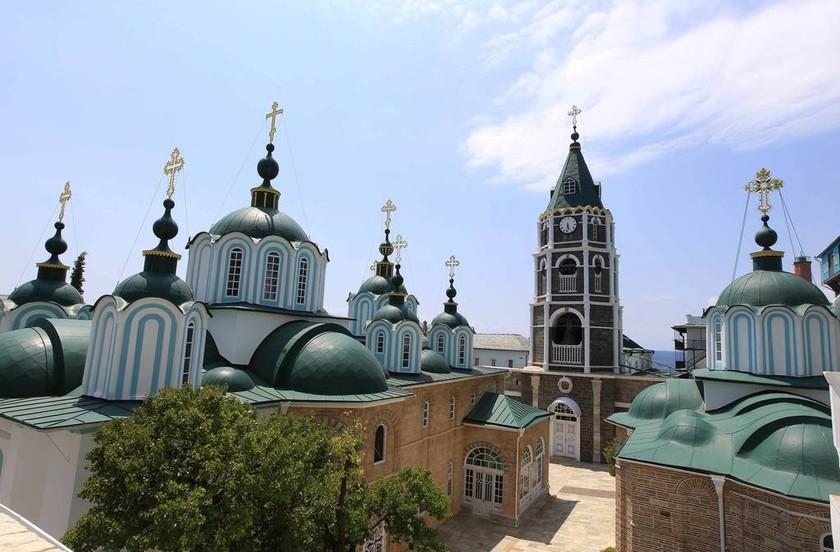 Άγιο Όρος: Εντυπωσιακές εικόνες από την Ιερά Μονή του Αγίου Παντελεήμονος