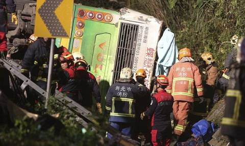 Τραγωδία στην Ταϊβάν: Τουλάχιστον 32 νεκροί από ανατροπή λεωφορείου (pics)