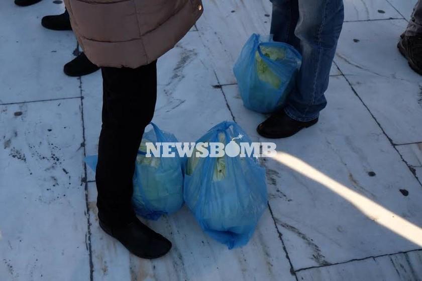 Συλλαλητήριο αγροτών: Μοίρασαν λάχανα στους φτωχούς (photos)