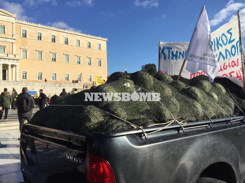 Επιστρέφουν στα μπλόκα οι αγρότες μετά το συλλαλητήριο στο Σύνταγμα (photos&videos)