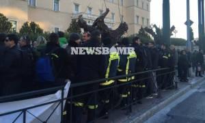 Σύγχυση στην κυβέρνηση ΣΥΡΙΖΑ-ΑΝΕΛ για τους πυροσβέστες