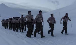 Συγκλονιστικές φωτογραφίες: Οι Έλληνες καταδρομείς της «Μαύρης Μοίρας» γυμνοί στα χιόνια