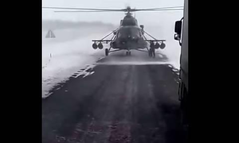 Επικό βίντεο: Ελικόπτερο προσγειώνεται σε δρόμο και αξιωματικός ζητά οδηγίες από οδηγό νταλίκας!