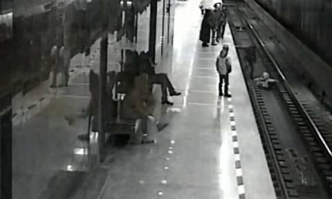 Ηρωική προσπάθεια: Έπεσε στις γραμμές του τρένου για να σώσει έναν 8χρονο (vid)
