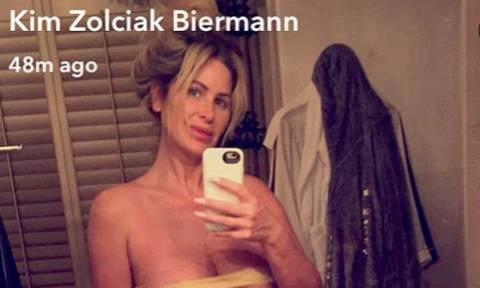 Σέξι νοικοκυρά λανσάρει το μπικίνι του καλοκαιριού. Διάφανο και σχεδόν topless (Photo)
