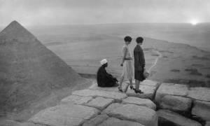 Όταν οι τουρίστες έκαναν ηλιοθεραπεία πάνω στις πυραμίδες της Γκίζας (photos)
