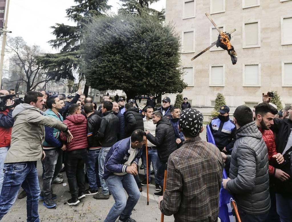 Αλβανία: Φωτιά στο πολιτικό σκηνικό - Η αντιπολίτευση αποχωρεί από τη Βουλή έως την παραίτηση Ράμa