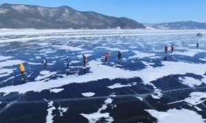 Εντυπωσιακό βίντεο: Ποδηλασία και πατινάζ στην παγωμένη λίμνη Βαϊκάλη (vid)