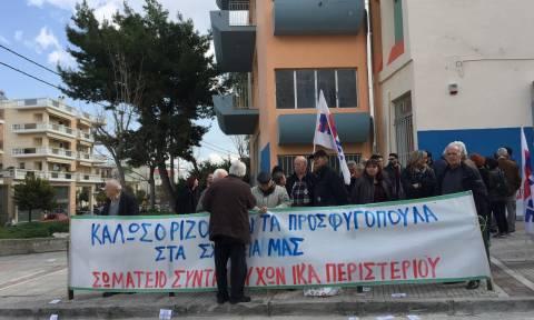 Με χειροκροτήματα υποδέχτηκαν τα προσφυγόπουλα σε Δημοτικό Σχολείο του Περιστερίου (pics&vids)