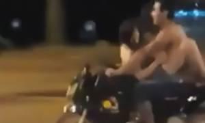 Ακατάλληλο βίντεο: Ξαναμμένο ζευγάρι κάνει σεξ πάνω σε μηχανή εν κινήσει!